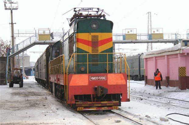 Специальные локомотивы очищали наледь с проводов на 4 направлениях МЖД ночью