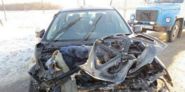 Тепловоз раздавил Toyota Corolla на регулируемом переезде омского участка ЗСЖД