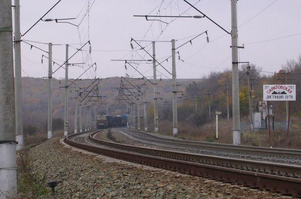 Грузовой поезд сошел с рельсов в Саратовской области