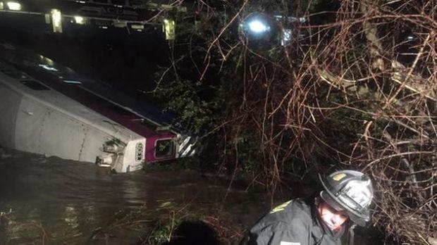 В Калифорнии потерпел крушение пригородный поезд