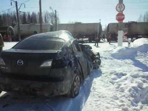 В Оричевском районе грузовой поезд снес иномарку на переезде