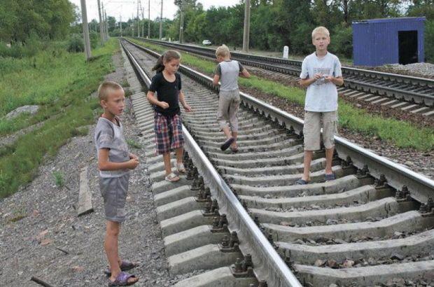 На Кубани дети построили на железной дороге игрушечную остановку