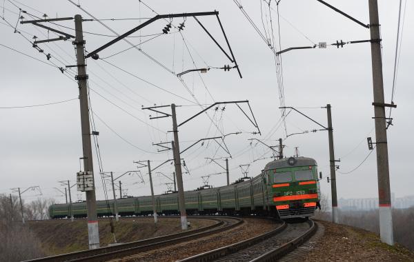 Поезд насмерть сбил мужчину в Невском районе